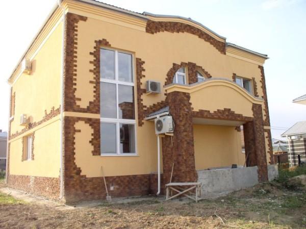 Отделанный фасад кирпичного дома