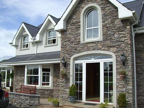 Отделанный камнем фасад дома