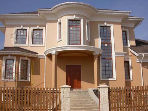 Отделанный штукатуркой и окрашенный фасад