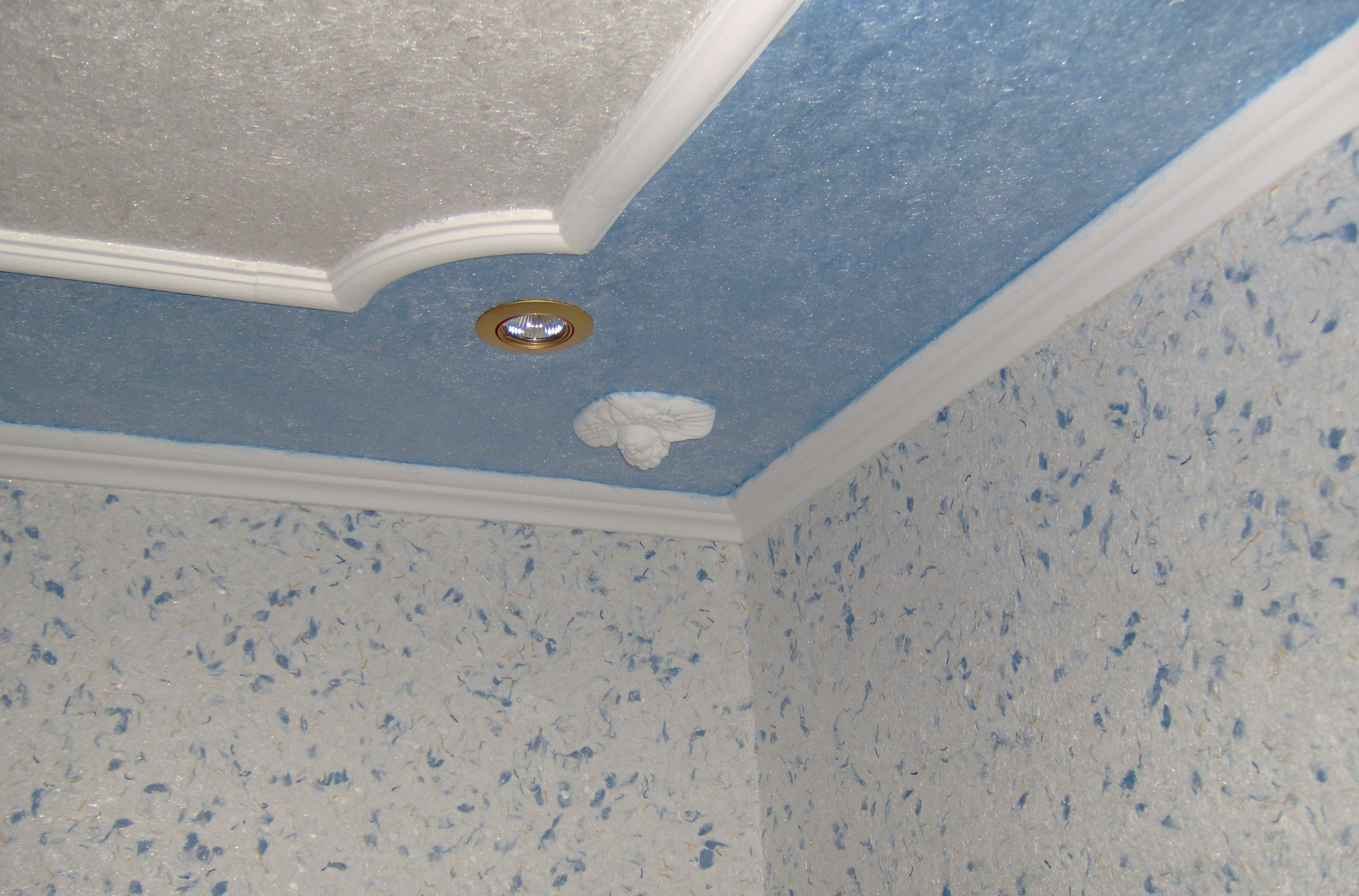 Отделанный жидкими обоями потолок