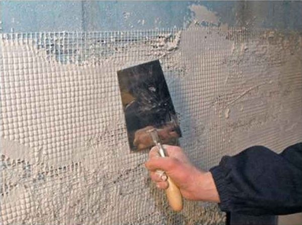 Отделка балкона камнем начинается с выравнивания и усиления обрабатываемой поверхности