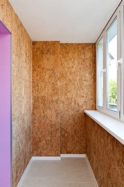 Отделка балкона пробкой позволяет утеплить помещение изнутри