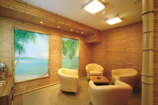 Отделка бамбуковыми обоями создает уютную и теплую атмосферу с тропическим колоритом.