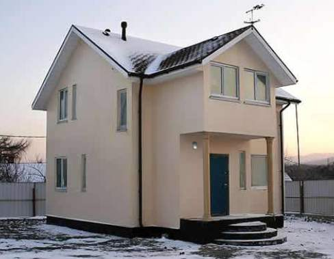 Отделка фасада частного дома штукатуркой по-прежнему в большом почёте – что называется, дешево и аккуратно