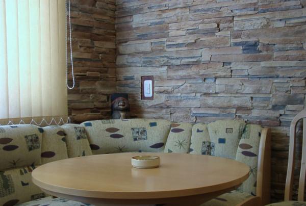 Отделка кухни камнем с лёгкостью выдержит все традиционные для зоны готовки парообразования и брызги