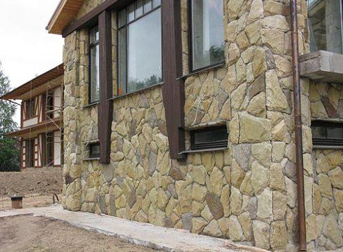 Отделка натуральным камнем всего фасада требует повышенных трудозатрат, что, как правило, себя вполне оправдывает