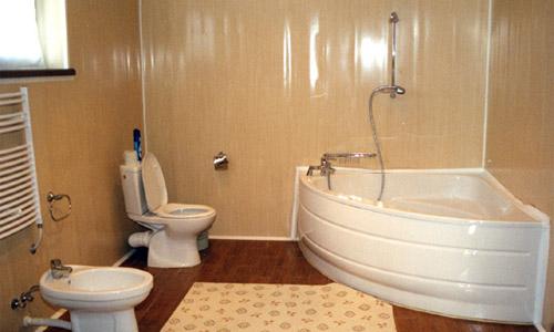 Отделка панелями стены над ванной гарантирует появление грибка.