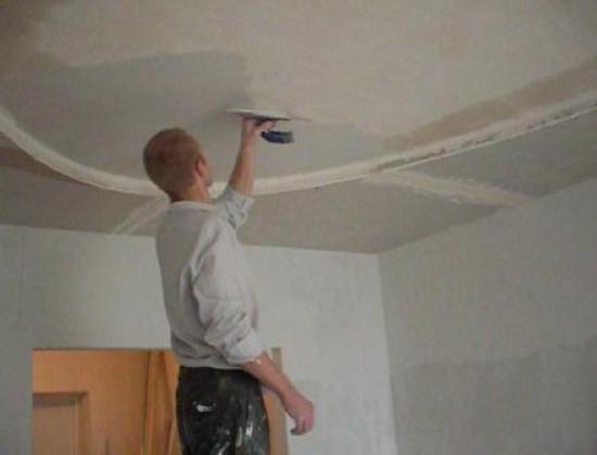Отделка потолка гладилкой