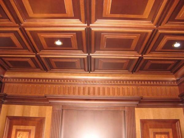 Отделка потолка плитами из дерева.