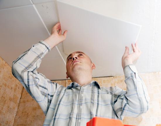 Отделка потолка плиткой из пенополистирола в жилом помещении