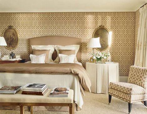 Отделка спальни обоями с орнаментом решетка – интересное решение, придающее помещению классический стиль, особенно если обивка мебели перекликается с настенным покрытием
