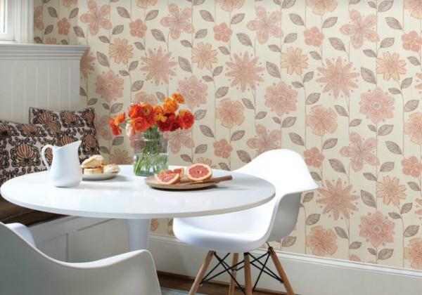 Отделка стен обоями с крупным цветочным принтом в лососевом оттенке