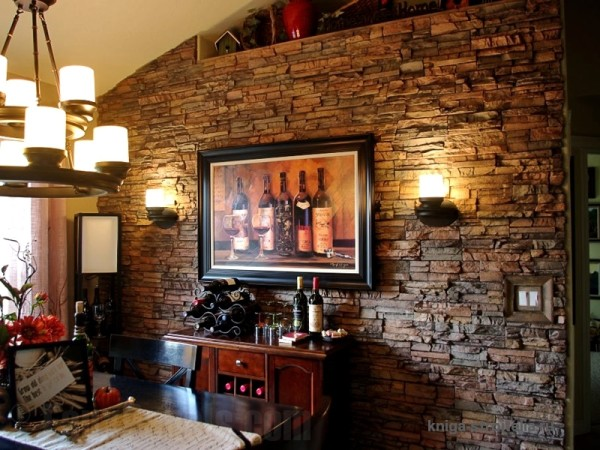 Отделка стены с имитацией природного камня.