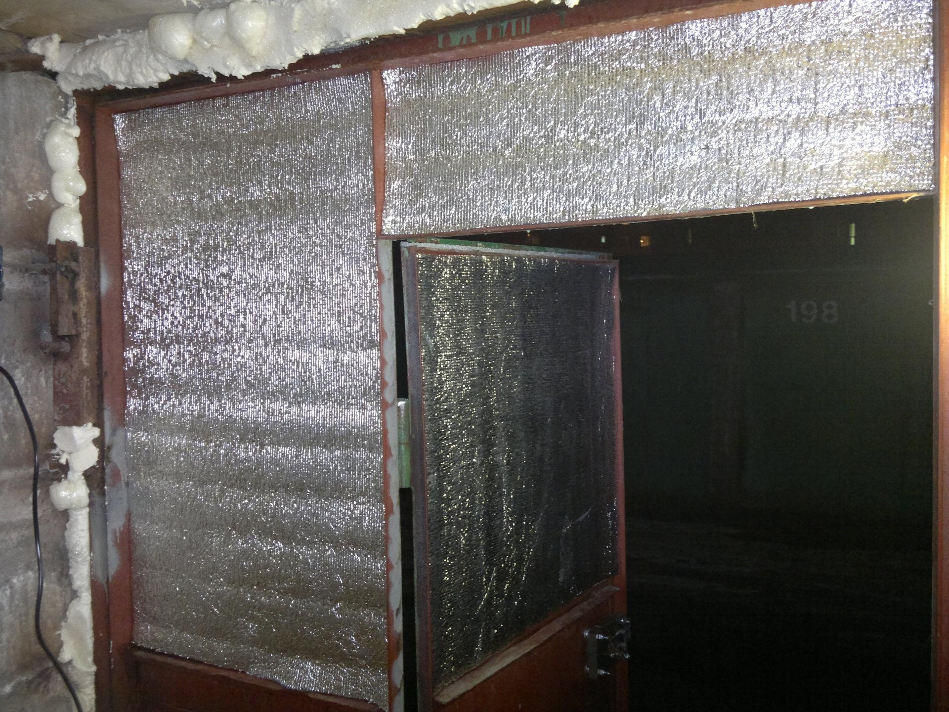 Отделывая гараж изнутри, с утеплением, не забывайте о воротах, ведь именно являются основным источником холода (на фото)