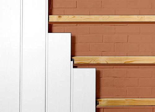 Панели крепятся к деревянным брускам при помощи специальных скоб – кляймеров