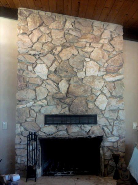Печь-камин с отделкой натуральным камнем.