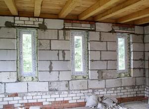 Пенобетонные стены получаются ровными.