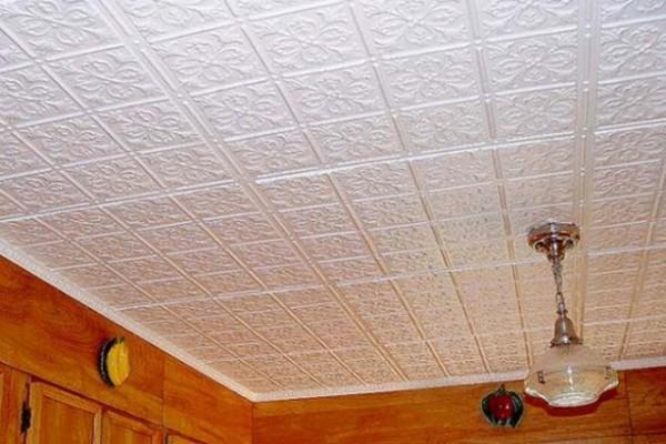 Пенопластовая плитка на потолке.
