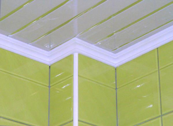 Пенопластовый плинтус прекрасно смотрится с пластиковым потолком.