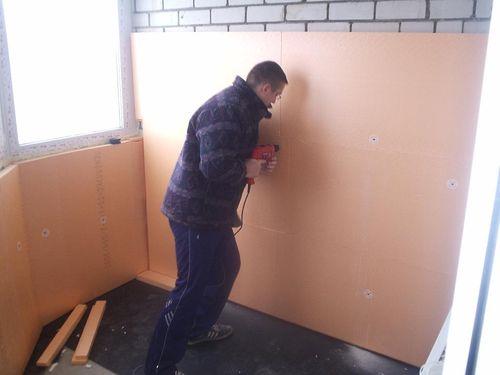 Пенополистирол удобно использовать для монтажа на стены.
