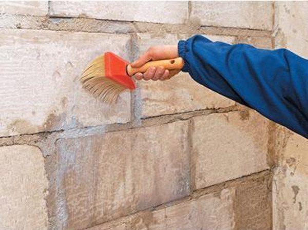 Перед грунтованием не требуется выравнивание поверхности, достаточно заделать все трещины и сквозные отверстия