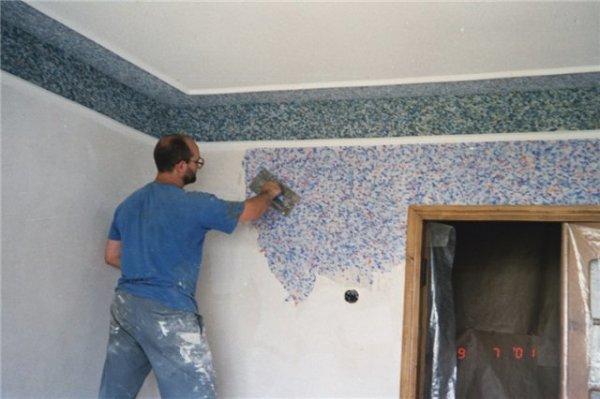 Перед нанесением жидких обоев, следует загрунтовать заметные неровности стен.