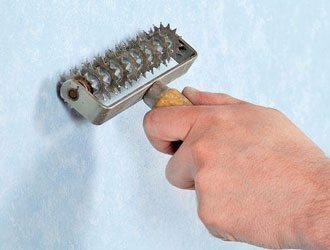 Перед обработкой паром обои можно обработать специальным валиком, который проколет поверхность и даст доступ к клеящей поверхности
