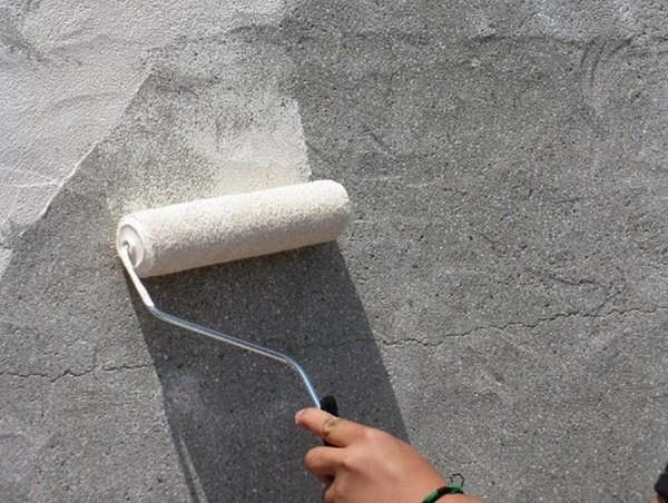 Перед оштукатуриванием бетон обязательно грунтуем