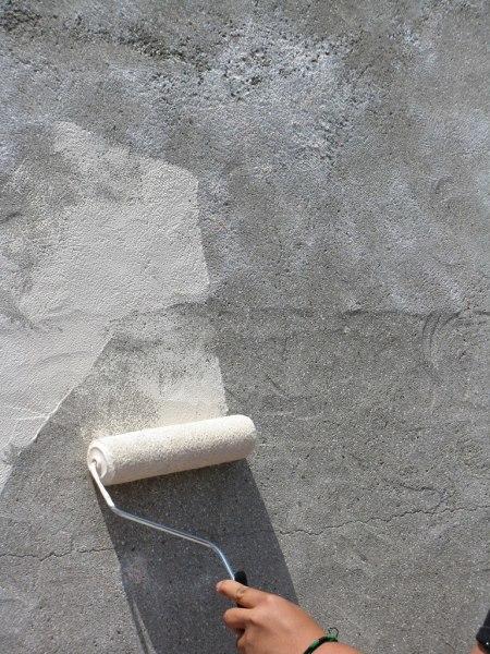 Перед покраской бетонную поверхность следует тщательно подготовить