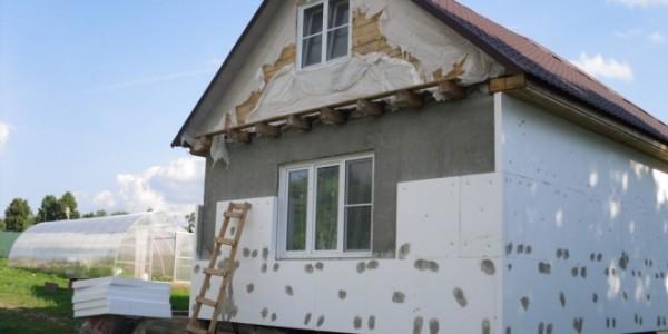 Первый этап работ - утепление стен пенопластом. Плиты фиксируются плиточным клеем и пластиковыми грибками.