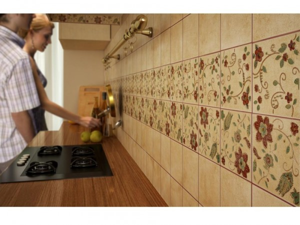 Плитка на кухне – надежный и практичный вариант.