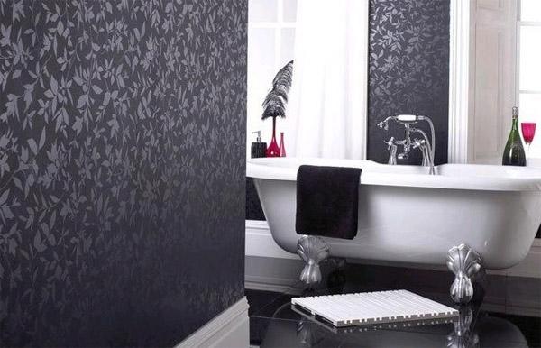 Плотные виниловые обои в интерьере ванной комнаты.