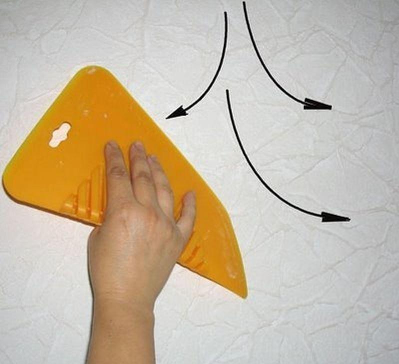 Плотный винил можно разгладить пластиковым шпателем.