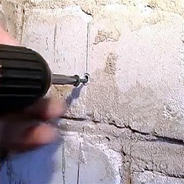 По линии забиваются дюбеля, которые будут служить основой для выставления марок