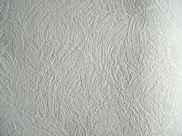 По неопытности обои из флизелина под покраску можно принять за обычную декоративную штукатурку