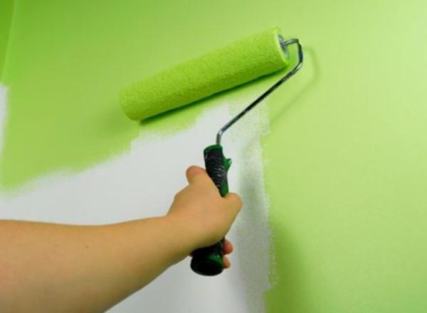 Под покраску стену шлифуют и устраняют царапины и изъяны.