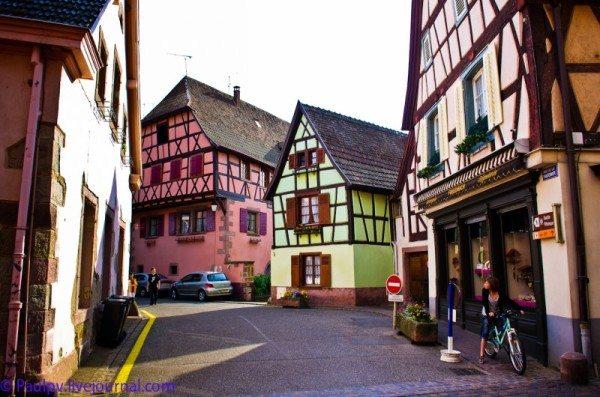 Подчеркнуть индивидуальность фасада дома можно такими цветами, как на фото.