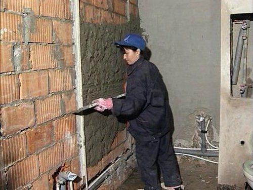 Подготовка стен к облицовочным работам – нанесение штукатурки