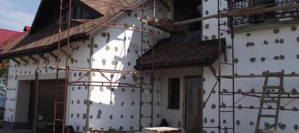 Подготовленный к оштукатуриванию фасад здания