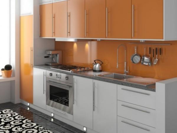 Подобранные в тон обои под оранжевую кухню закрыты защитным стеклом, защищающим от жира и копоти