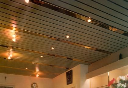 Подвесной потолок в виде длинных панелей
