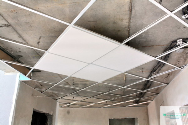 Подвесные конструкции относятся к рассматриваемой группе, так как являются финальной стадией ремонта потолка