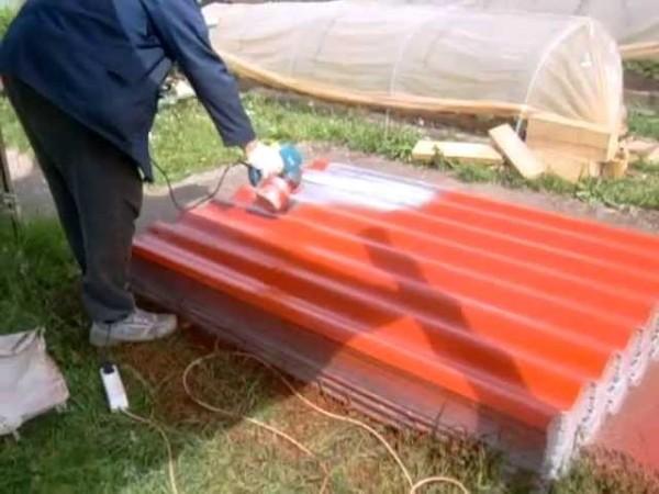 Покраска крыши пульверизатором