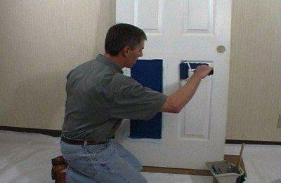 Как покрасить дверь – инструменты и работа