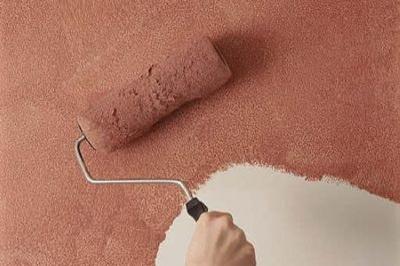Покраска оштукатуренной стены клеевой краской.