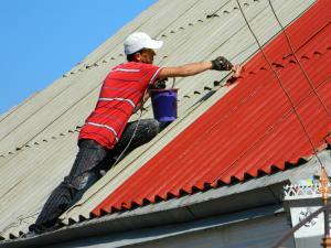 Покраска шиферной крыши кисточкой