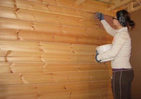 Покраска стены деревянного дома