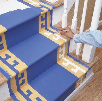 Покраска ступеней лестницы кисточкой
