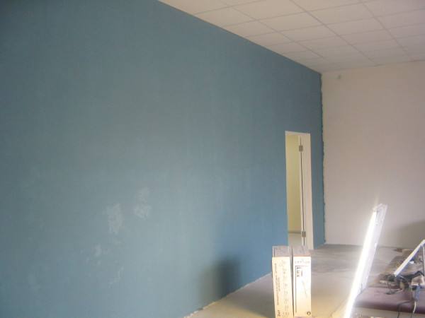 Покраска всей плоскости стены или потока выполняется в один прием.