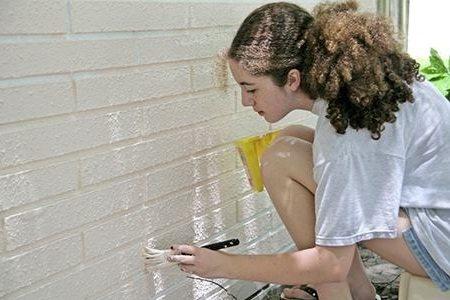Покрытие кирпичных стен белым составом.